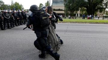 007459000_1468287318-20160712--Wanita-Ini-Hadapi-Polisi-AS-Seorang-Diri-Reuters-04